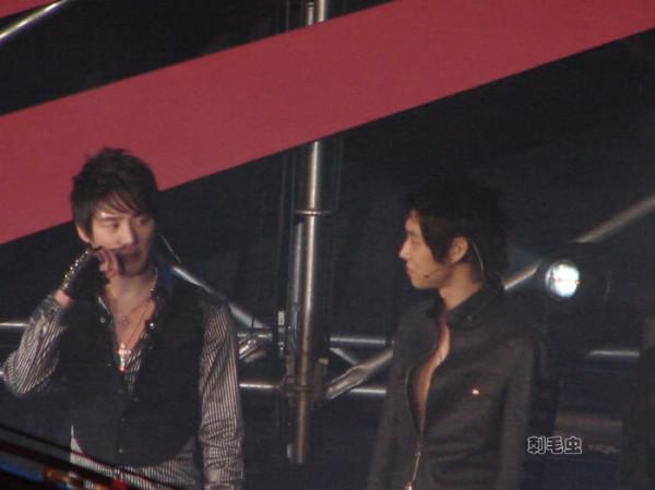 Lúc nào cũng nhìn nhau được :) Tuy ánh mắt của Su không ấm áp như Yunho, nhưng sự chiếm giữ thì không thua kém !!!