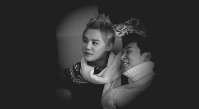 Tuy nhìn cả hai mạnh tương đương nhưng Yoochun vẫn yếu hơn ná, vẫn là uke hợp hơn ná ↖(^ω^)↗