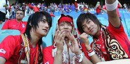 Kẹp giữa JaeJoong và Yunho một cái là mặt pé mình đơ ra ^_^